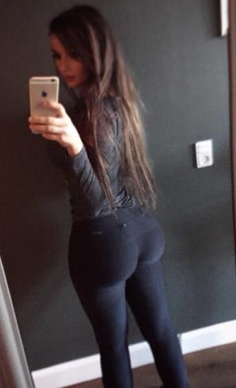 Big booty in yoga pants
